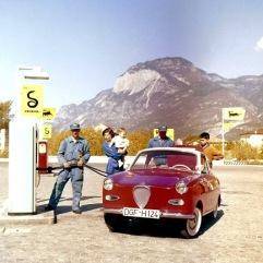 Am 30. Juni 1969 wurde die Produktion des Goggo-Coupés eingestellt. Hier ist der sportliche Kleinwagen mit dem kirschroten Lack in den Alpen unterwegs.Das Foto wurde von www.glasclub.org zur Verfügung gestellt.